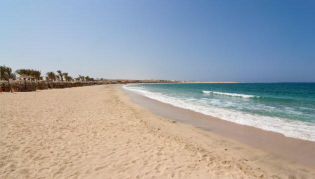 Strand mit Liegen in Hurghada, Ägypten