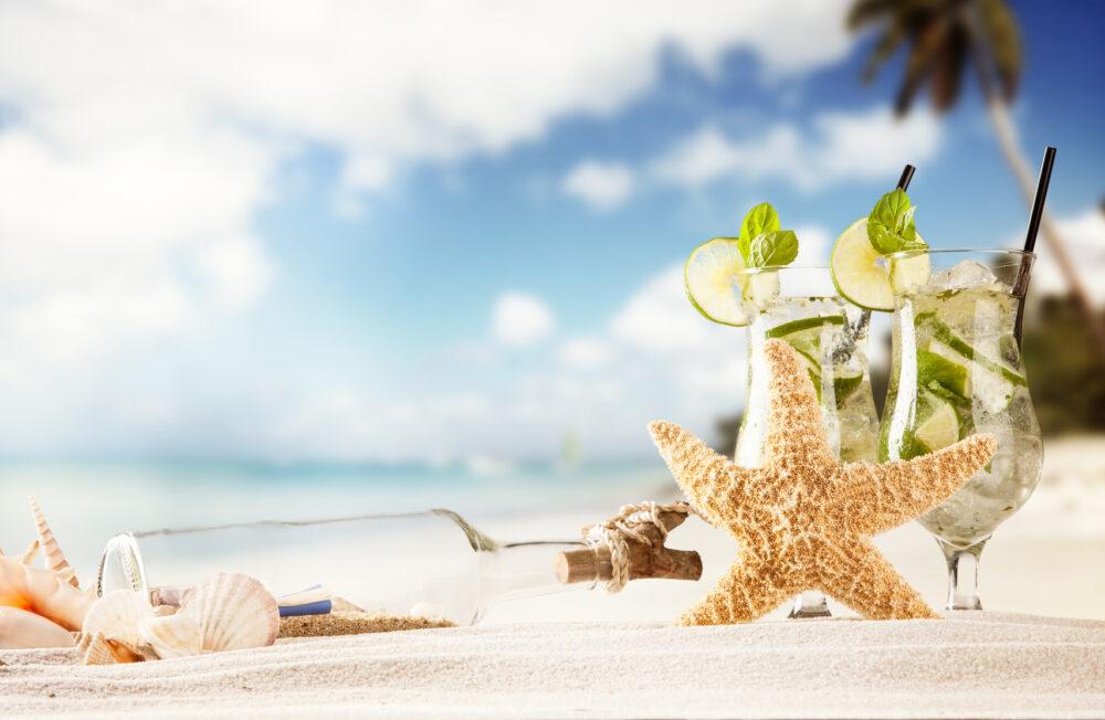 Strand mit Cocktailglas