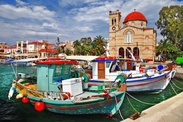 Blaue Tür mit Meer im Hintergrund auf Korfu, Griechenland