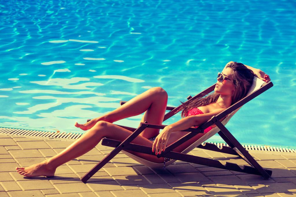 Frau am Pool / Strand