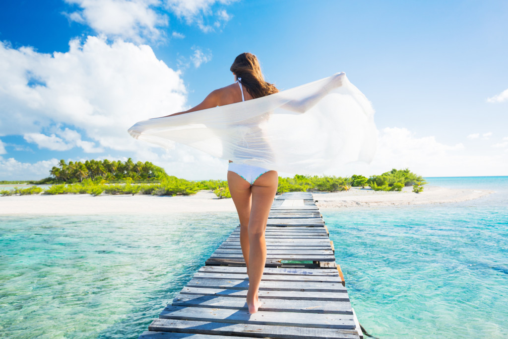 Frau am Strand in der Karibik