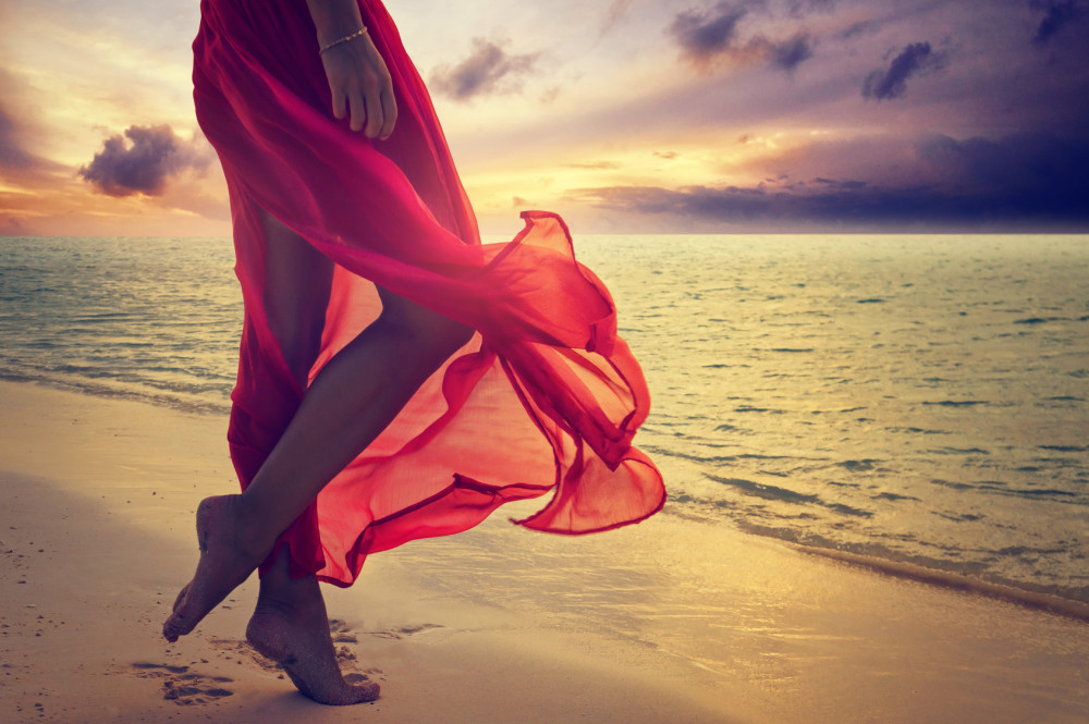 Frau im Urlaub am Strand