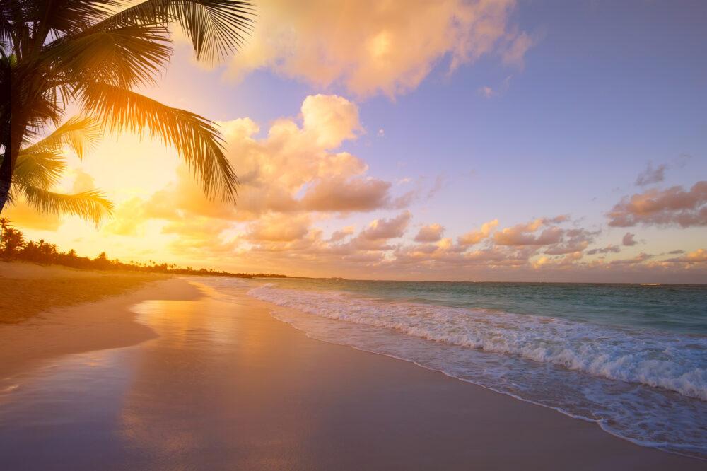 Sonnenuntergang am Strand in der Karibik