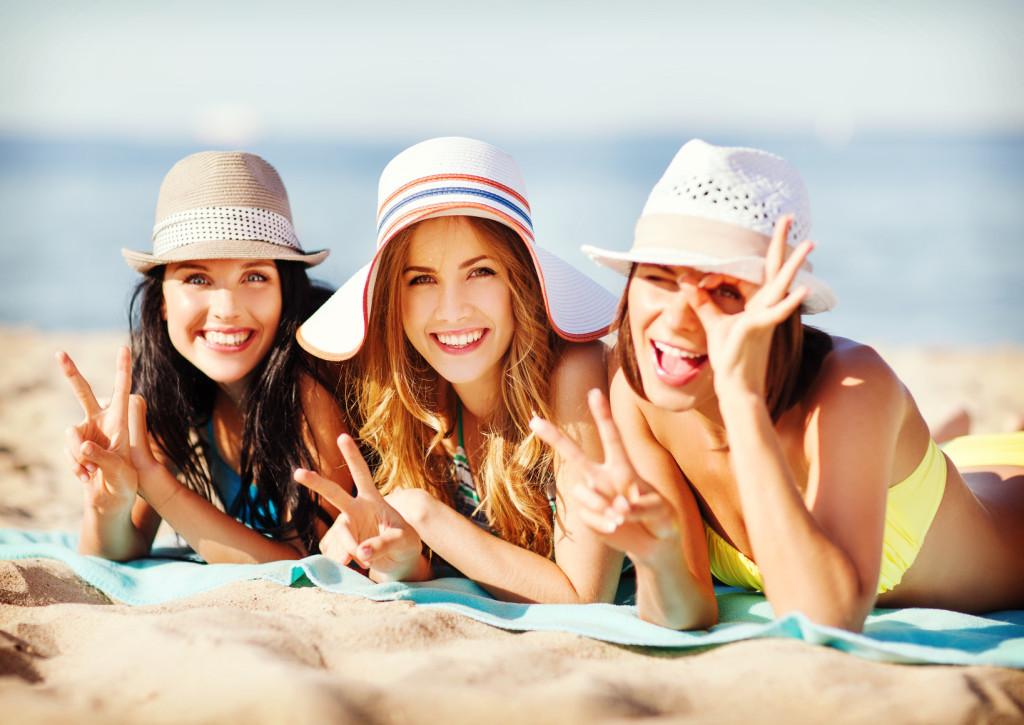 Frauen am Strand in der Sonne