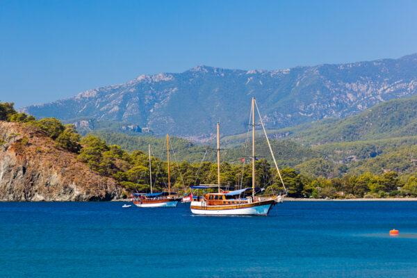 Leutturm und Yacht in Alanya, Türkei
