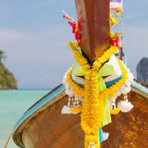 Frühbucher: 22 Tage Phuket mit 3* Hotel, Frühstück & Zug zum Flug und Flügen mit Transfers für 824 €