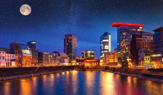 Rheinufer Düsseldorf bei Nacht