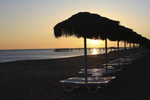 Strand Türkei mit Sonnenschirmen