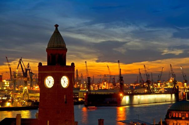 Hafen in Hamburg bei Sonnenuntergang