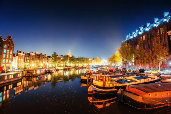 Amsterdam bei Nacht mit Booten