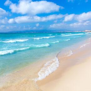 JULI: 7 Tage Mallorca im TOP 4* RIU-Hotel mit Halbpension, Flug & Zug für nur 499€