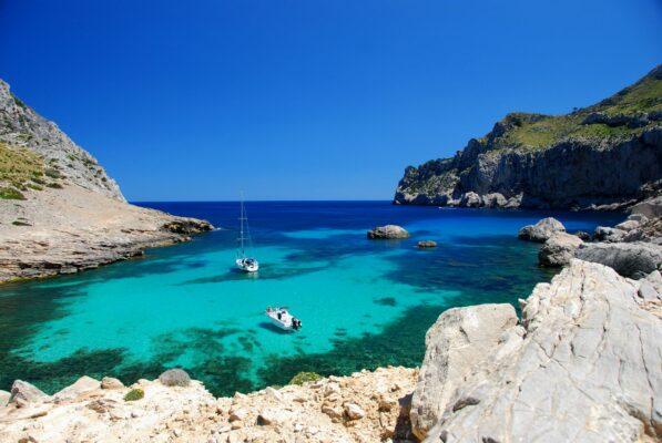 Mallorca Bucht Boote klares Wasser