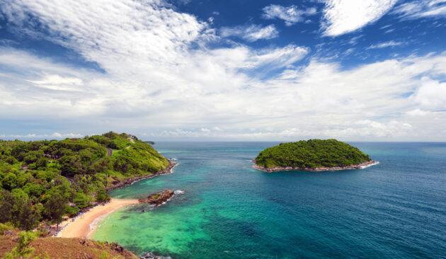Phuket Strand mit Palmen und Bucht