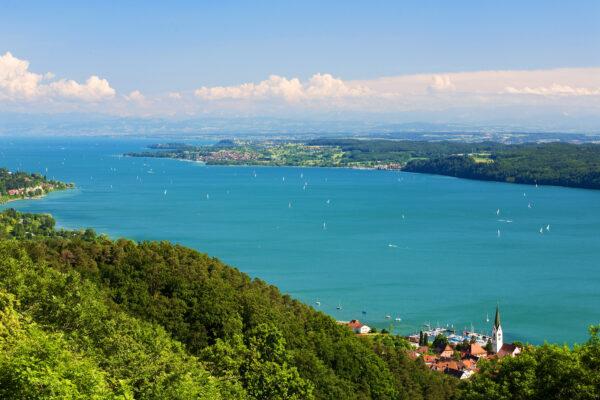 Bodensee mit Alpen im Hintergrund