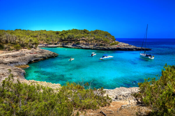 Mallorca Strand mit Segelboot