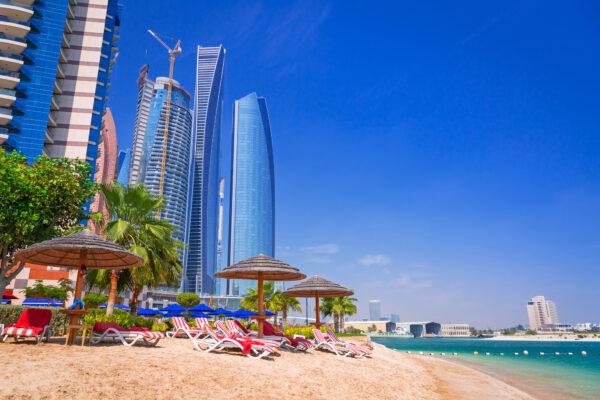 Abu Dhabi Strand mit Skyline