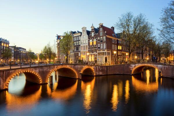 Blick auf Häuser am Kanal in Amsterdam