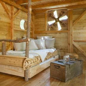 Baumhaus Frankreich mit Sofa