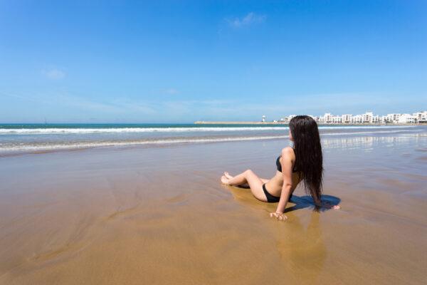 Frau am Strand von Agadir Marokko