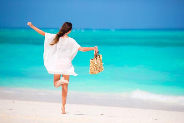 Frau am Strand von Sansibar