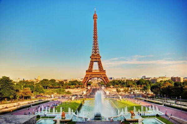 Eiffelturm im Sommer am Abend