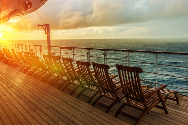 Kreuzfahrt an Deck bei Sonnenuntergang