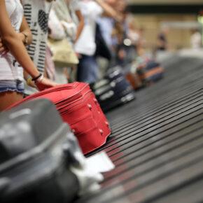 Kofferlaufband Passagiere