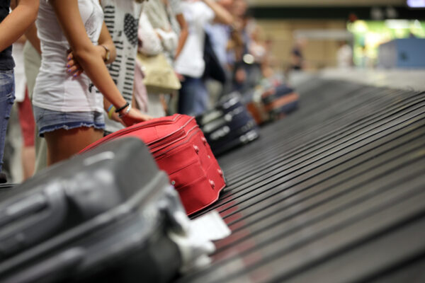 Kofferversteigerung: Kofferlaufband Passagiere