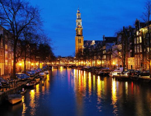 Amsterdam im Winter bei Nacht