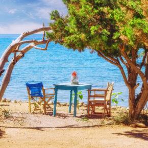 Last Minute nach Griechenland: Sonnige Aussichten auf blaues Meer