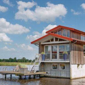 Holland: 7 Tage in Friesland mit Wasservilla & Holzfass-Sauna für 165€