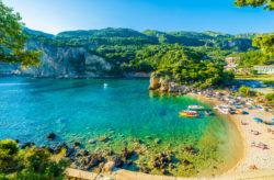 Neueröffnung auf Korfu: 7 Tage im 5* Luxus-Hotel mit Frühstück, Flug, Zug und Transfer für 8...