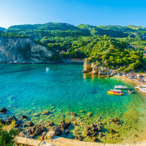 Familienurlaub im Sommer: 7 Tage Korfu im 3* Hotel mit All Inclusive, Flug, Transfer & Zug nur 387€