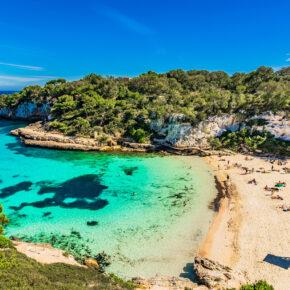 Mallorca: 7 Tage im guten 4* Hotel mit Halbpension, Flug, Transfer & Zug nur 461€