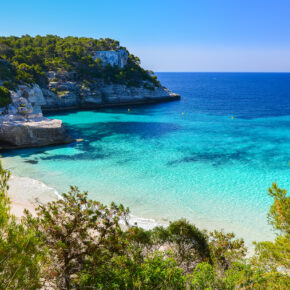 Balearen: 7 Tage Menorca im TOP 3* Hotel mit Halbpension, Flug, Transfer & Zug nur 393€