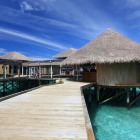 Luxus pur: 9 Tage Malediven in privater Wasser-Villa mit Halbpension für 2.548€