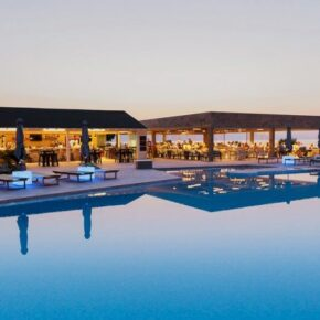 Enorme Eanthia Beach Pool Abends