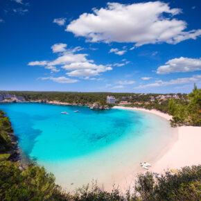 Frühbucher Balearen: 7 Tage Menorca im 3* Hotel mit Halbpension, Flug, Transfer & Zug nur 283€