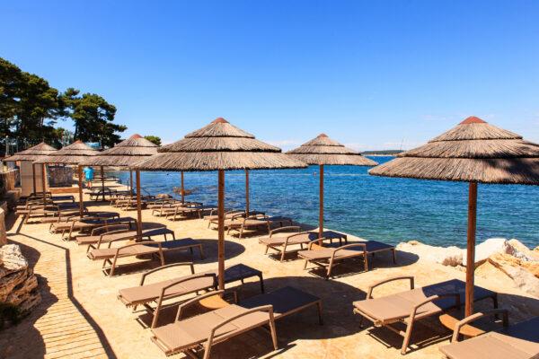 Kroatien Porec Strandschirme