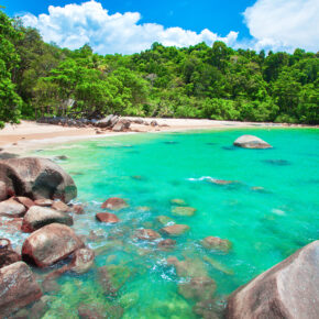 Thailand Single: 13 Tage auf Khao Lak im TOP 4* Hotel mit Frühstück, Flug, Transfer & Zug für 847€