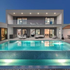 Istrien Frühbucher: 8 Tage in privater Luxusvilla mit Infinity-Pool ab 243€