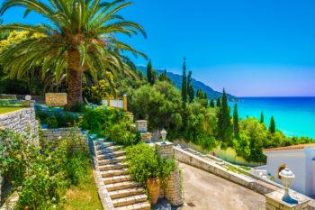 Frühbucher Korfu: 7 Tage im TOP 5* Hotel am Strand mit All Inclusive, Flug, Transfer & Zug nur 482€