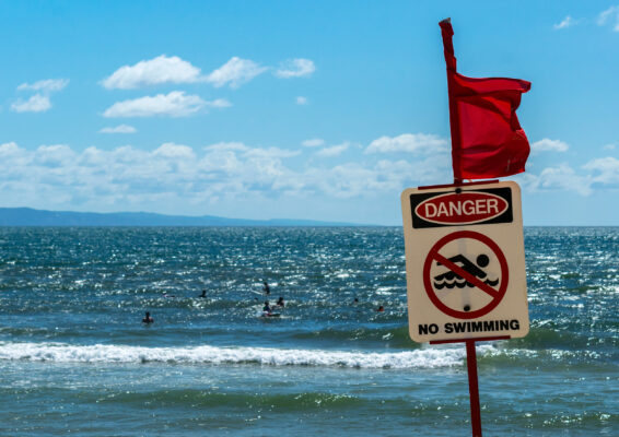 Rote Flagge Strand