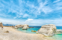 Bella Italia: 8 Tage Sardinien im 4* Hotel mit Vollpension Plus, Flug, Transfer & Zug nur 399€