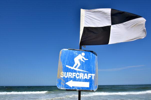 Schwarz Weiß Flagge Strand