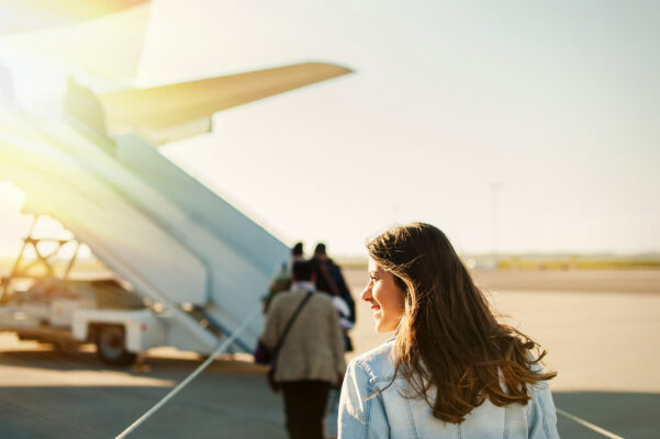 Flugzeug Frau einsteigen