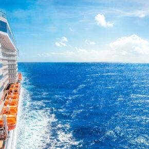 Kreuzfahrtschiff aussen Wellen