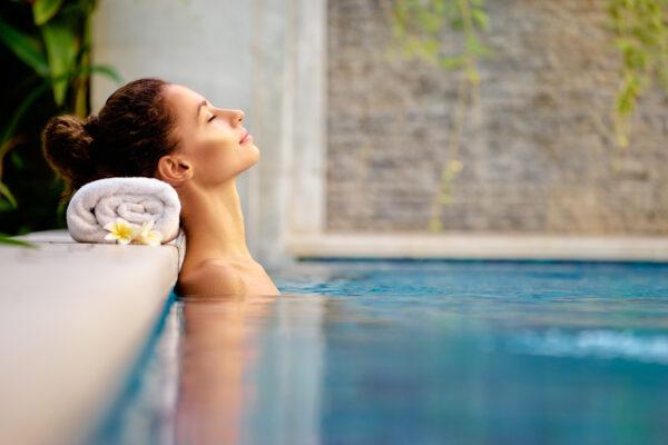 Wellness Spa Frau Pool