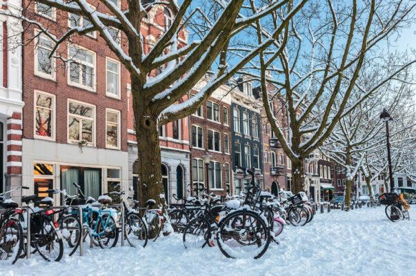 Niederlande Amsterdam Fahrraeder verschneit