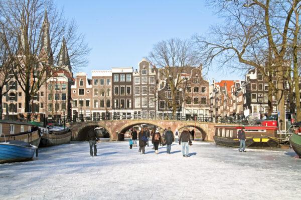 Niederlande Amsterdam Grachten gefroren